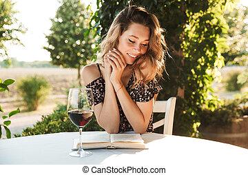 vacker, drickande, kvinna, ung, vin.