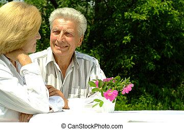 vacker, elderly kopplar ihop