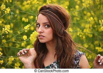 vacker, fält, kvinna, blomma, lycklig