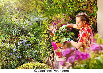 vacker, flicka, blomningen, inlagd, beskärning, balkong