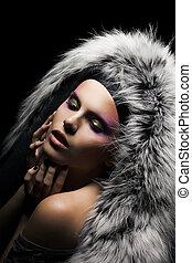 vacker, frestande, kvinna, in, a, täcka, med, silver räv,...