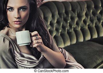 vacker, kaffe, eftermiddag, stående, drickande, dam