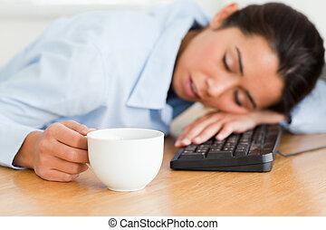 vacker, kaffe, kvinna, kontor, kopp, sova, medan, holdingen, tangentbord