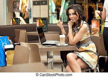 vacker, kaffe, womanaffär, arbete, ung, paus, drickande