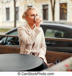 vacker, kaffe, womanaffär, täcka, ung, utomhus, drickande