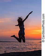 vacker, kväll, ung kvinna, solnedgång strand