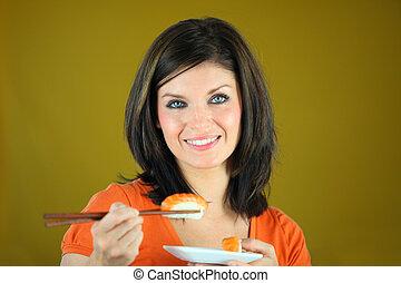 vacker kvinna, äta, matpinnar, sushi