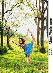 vacker kvinna, öva, natur, utanför, yoga