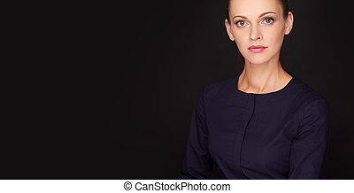vacker kvinna, över, svart fond, med, avskrift tomrum