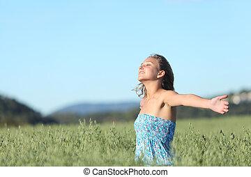 vacker kvinna, andning, lycklig, med, uppresta havsarm, in, a, grön, havre, äng