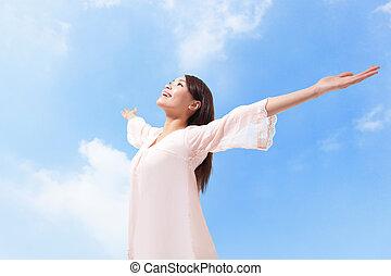 vacker kvinna, andning, nytt lufta, med, uppresta havsarm