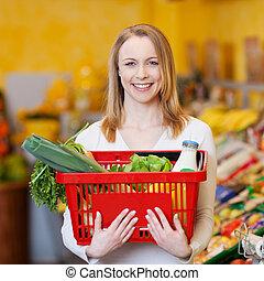vacker kvinna, bärande, handling korg, in, specerier lager