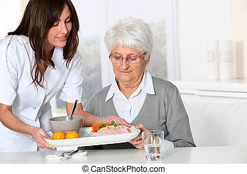 vacker kvinna, gammal, sjukvård, bricka, hem, sköta, komma ...