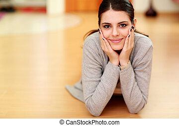 vacker kvinna, golv, ung, hem, le, lögnaktig