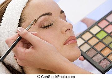 vacker kvinna, ha, smink, tillämpad, av, kosmetolog, hos,...