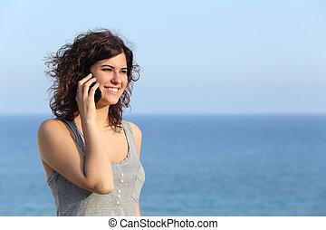 vacker kvinna, hav, talande, rörlig telefonera, bakgrund