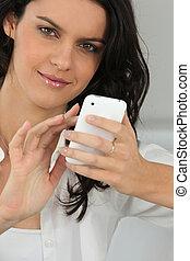 vacker kvinna, henne, meddelanden, ung, skrift, mobiltelefon
