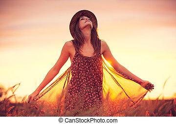 vacker kvinna, in, gyllene, fält, hos, solnedgång