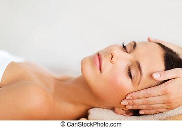 vacker kvinna, in, kurort, salon, ha, ansiktsbehandling