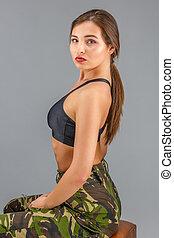 vacker kvinna, in, militär uniformera, kamouflage, sports