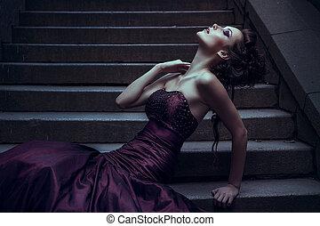 vacker kvinna, in, viol klä