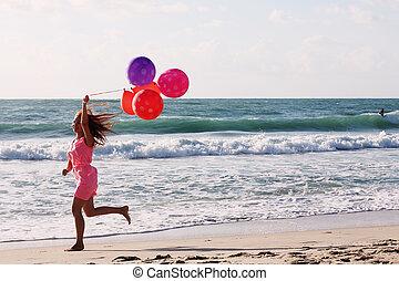 vacker kvinna, med, färgrika ballonger, på, kust