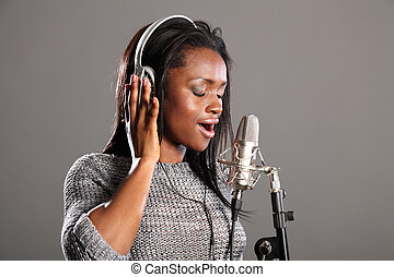 vacker kvinna, mic, musik, tillverkning, sjungande, svart