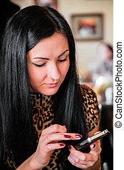 vacker kvinna, mobil, se, ringa, brunett