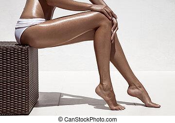 vacker kvinna, mot, wall., legs., solbränna, vit