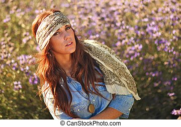 vacker kvinna, på, a, fält, in, sommartid