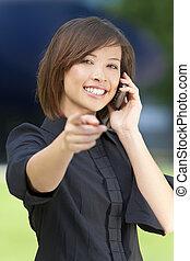 vacker kvinna, pekande, henne, mobiltelefon, orientalisk, smart