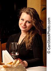 vacker kvinna, restaurang, sittande, vinglas, ung
