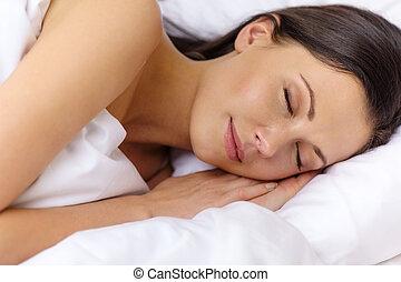 vacker kvinna, säng, sova