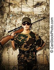 vacker kvinna, soldat, med, a, krypskytt, gevär