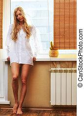 vacker kvinna, ung, fönster, blondin, lycklig