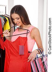 vacker kvinna, ung, shopping., röd, holdingen, berätta, klänning, lager