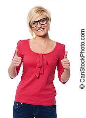vacker kvinna, visande, uppe, tummar, glasögon