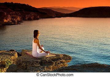 vacker kvinna, yoga, figur, tillverkning, strand, soluppgång