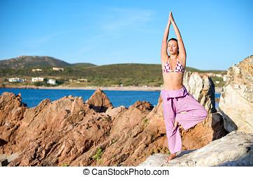 vacker kvinna, yoga, ung, utomhus, övning
