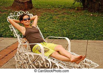 vacker, latinamerikansk kvinna, avkopplande