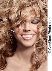 vacker, le, woman., hälsosam, länge, lockigt hår
