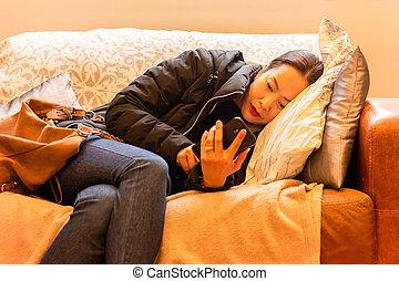 vacker, levande, kvinna, room., soffa, avslappnad, ringa, smart, användande, lögnaktig