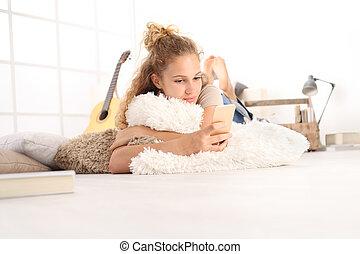vacker, levande, kvinna, rum, golv, trä, ung, komfortabel, ringa, smart, användande, hem, lögnaktig