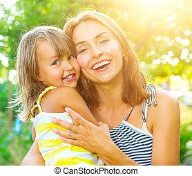 vacker, litet, dotter, henne, utomhus, mor