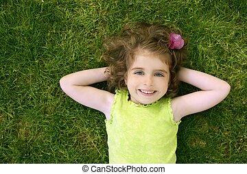 vacker, litet, liten knatte, flicka, lycklig, lägga på gräs