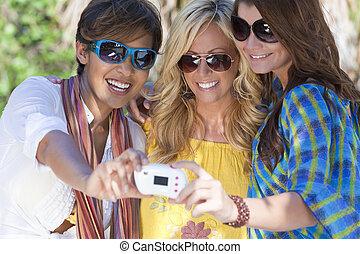 vacker, location., deras, bilder, tagande, skratta, ung, semester, tropisk, tillflykt, medan, twenties, tre, digital, nöje, användande, sig själv, kamera, ha, kvinnor