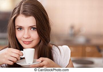 vacker, lycklig, ung kvinna, supande kaffe, hemma