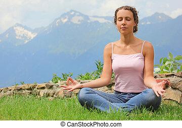 vacker, mountains, meditating., kvinna, bakgrund.