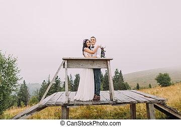 vacker, mountains, trä, par, smekmånad, framställ, bröllop, bridge.