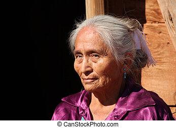 vacker, navajo, äldre kvinna, utomhus, in, blank sol